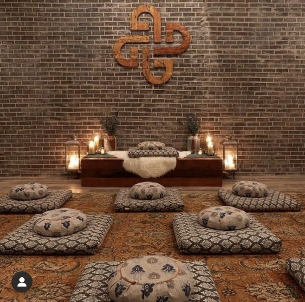 Top 5 Meditation Classes in Los Angeles, a blog by Liz in Los Angeles, Los Angeles Blogger, an image of a meditation room with mediation pillows